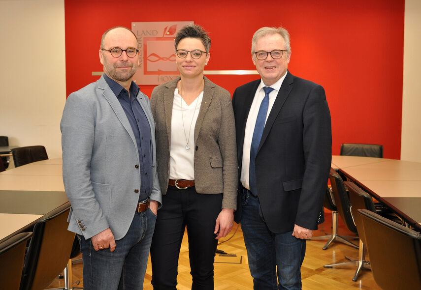Herr Werner und Herr Schumacher stellen Frau Korte im Sitzungsraum des Kreishauses vor.