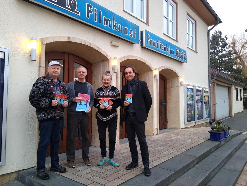 4 Personen stehen vor dem Kino in Bad Driburg und werben für den Film 'Juden aus Breslau'.