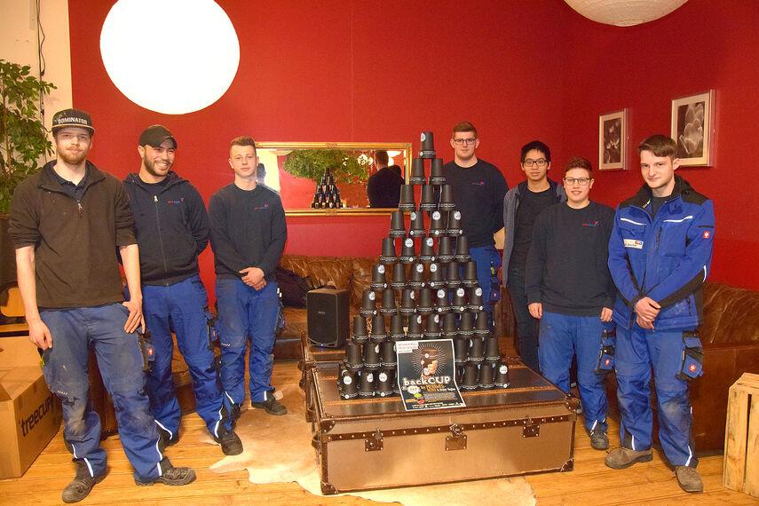 Azubis der Firma Gebrüder Becker werben für den 'Backcup' Kaffeebecher.