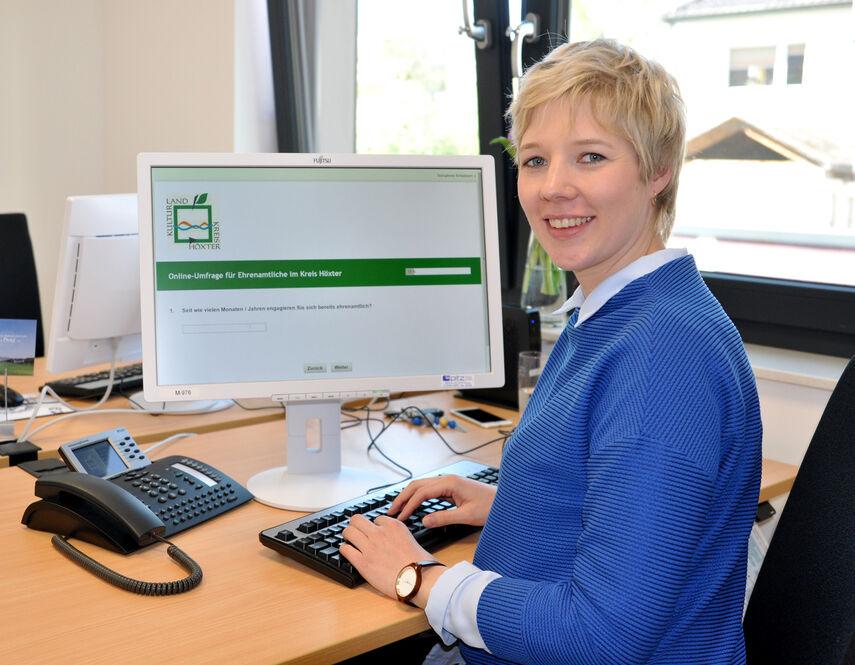 Bernadette Walker sitzt an ihrem Arbeitsplatz und hat die Online-Umfrage am PC gestartet.
