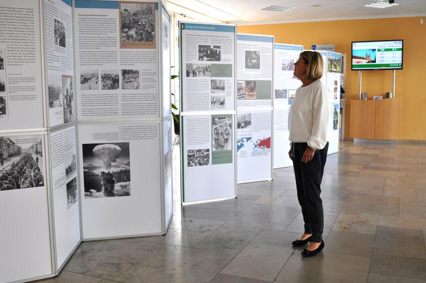 Elke Udelhoven schaut sich im Eingangsbereich der Kreisverwaltung Ausstellungstafeln an.