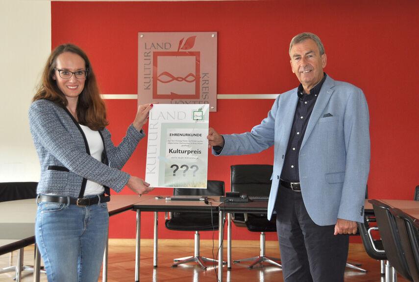 Julia Siebeck und Landrat Friedhelm Spieker kündigen im Sitzungsraum der Kreisverwaltung den Kulturpreis 2020 an.