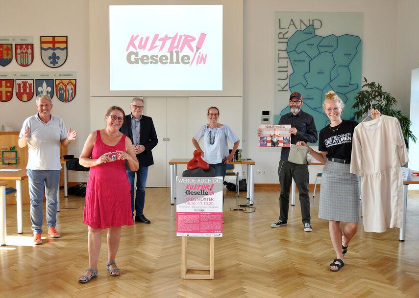 6 Personen werben in der Aula der Kreisverwaltung für die Kulturgesellen.