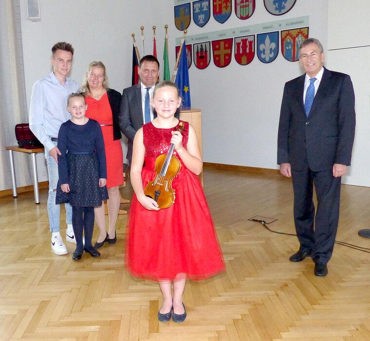 Familie Kluwe mit Landrat Friedhelm Spieker in der Aula des Kreishauses.