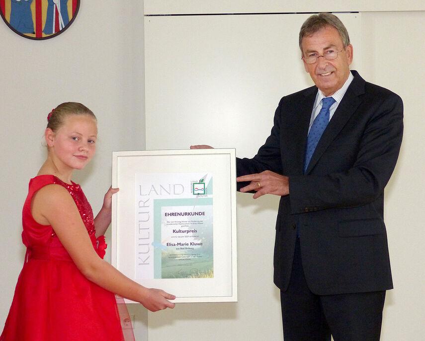 Landrat Friedhelm Spieler überreicht Elisa-Marie Kluwe die Urkunde für den Kulturpreis 2020.