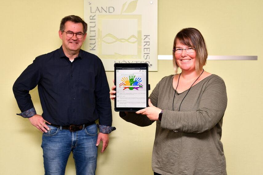 Daniela Söffge und Christian Rodemeyer stellen mit einem Tablet den Kita-Planer vor.