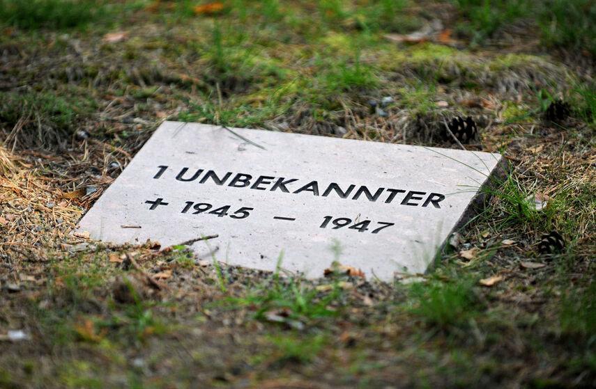 Ein Grabstein mit der Aufschrift '1 Unbekannter'.