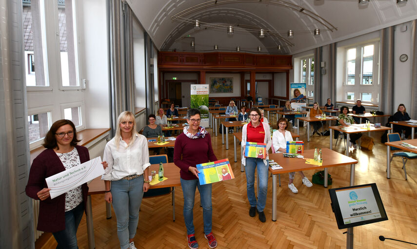 Mehrere Teilnehmer einer Fortbildung in der Aula der Kreisverwaltung Höxter.