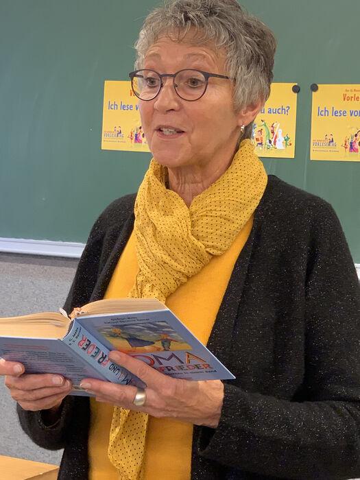 Märchenerzählerin Waltraud Albers liest in einer Schulklasse aus einem Buch vor.
