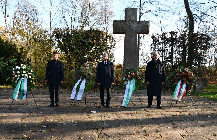 Michael Stickeln, Friedhelm Spieker und Hermann Temme bei der symbolischen Kranzniederlegung am Ehrenmal in Brakel.