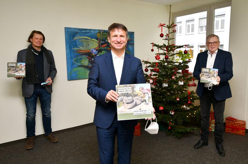 Landrat Michael Stickeln, Verleger Jörg Mitzkat und Kreisdirektor Klaus Schumacher stellen das neue Jahrbuch vor.