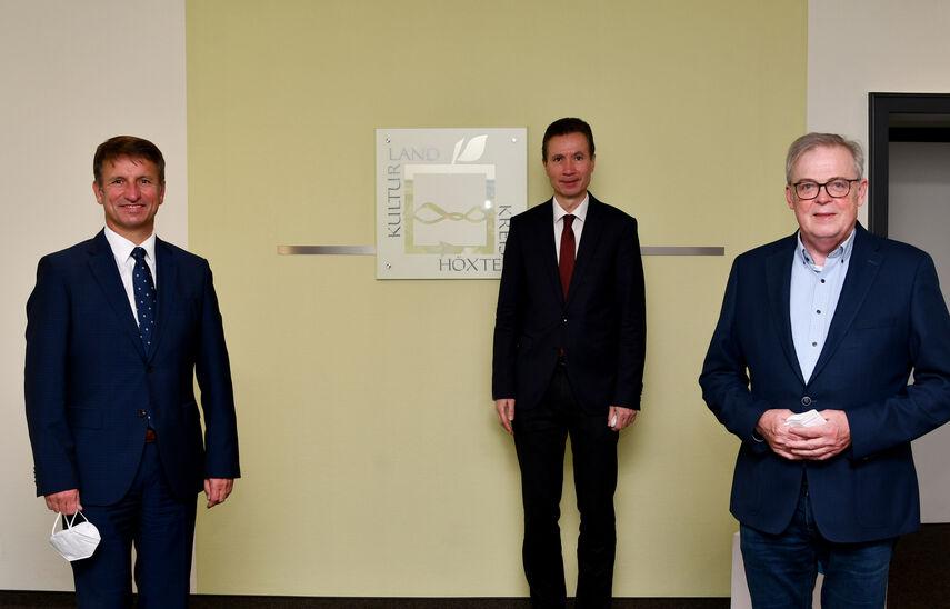 Landrat Michael Stickeln, Dr. Martin Klein und Kreisdirektor Klaus Schumacher in der Kreisverwaltung Höxter.