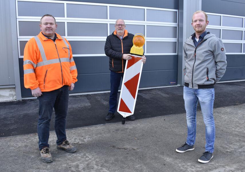 Klaus Schröder, Reinhard Bobbert und Maximilian Kleibrink in Arbeitskleidung vor dem Bauhof.