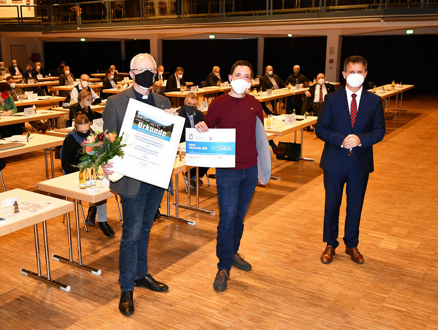 3 Personen halten die Urkunde für den Heimatpreis 'Schmetterlingssteig' in den Händen.