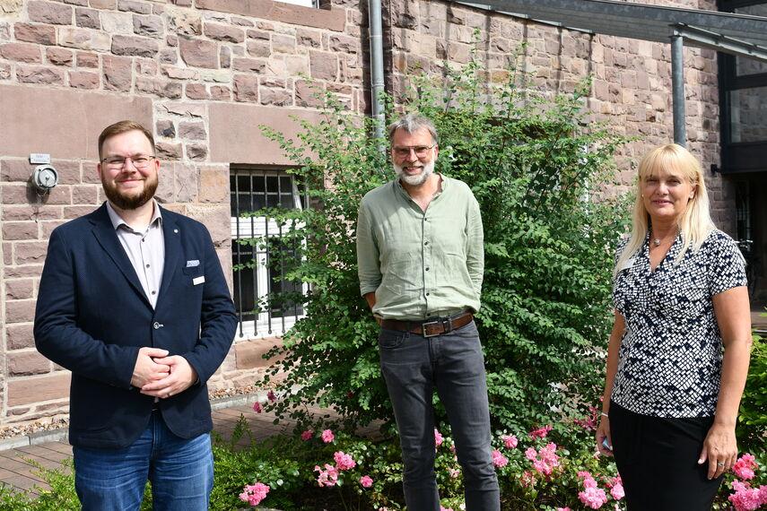 Der neuer Vorstand des Netzwerks Pflege stellt sich vor: Ulrike Roxlau, Andreas Fuhrmann und Benny Baron stehen vor dem Kreishaus in Höxter und schauen in die Kamera.