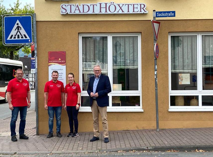 Klaus Schumacher steht mit 3 Organisatoren der Herzenstour von der Hotel Stadt Höxter.