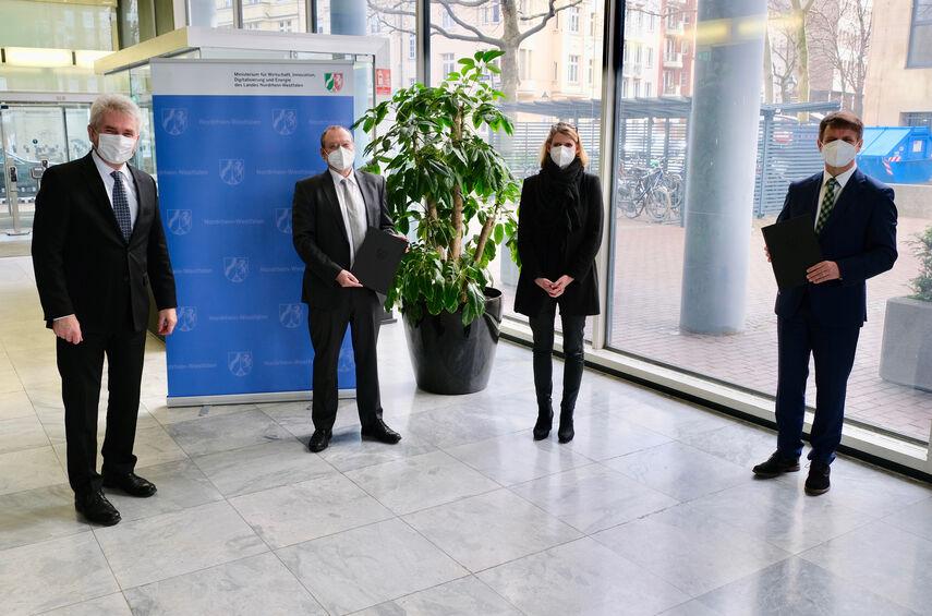 NRW-Wirtschaftsminister Andreas Pinkwart und Regierungspräsidentin Judith Pirscher überreichen Landrat Michael Stickeln und dem Hauptgeschäftsführer der Kreishandwerkerschaft Höxter-Warburg, Gerald Studzinsky, den Förderbescheid.