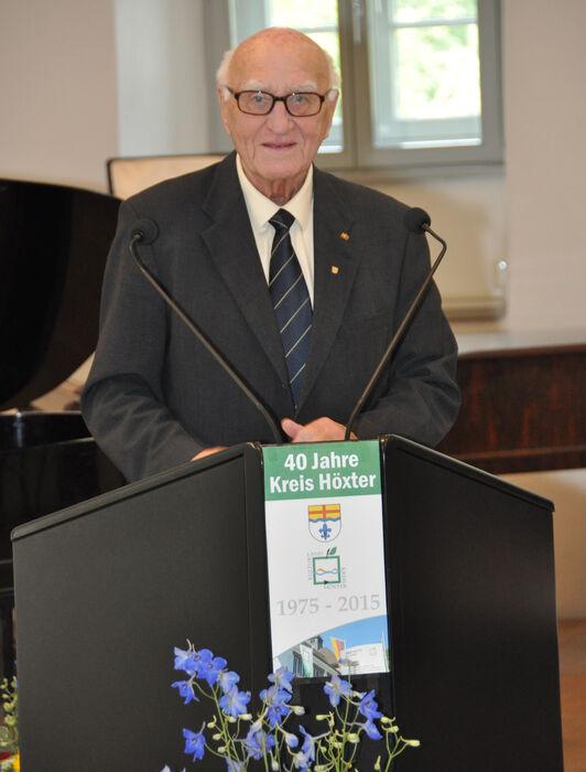 Paul Sellmann vor einem Rednerpult.