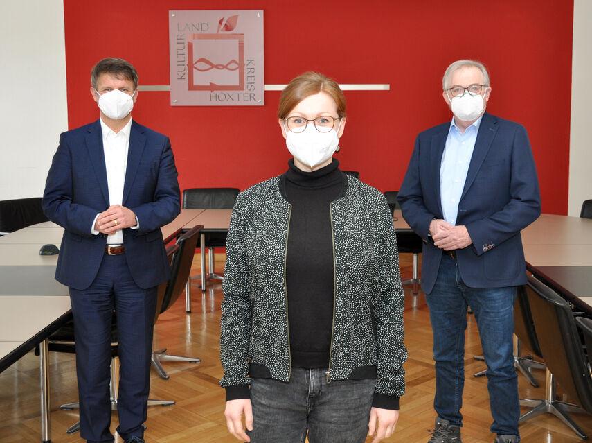 Landrat Michael Stickeln und Kreisdirektor Klaus Schumacher begrüßen die Kulturmanagerin Stephanie Koch im Kreishaus.